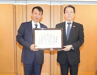 画像:関西遊技機商業協同組合に感謝状を贈呈しました